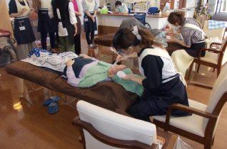 介護美容研究所の方々がボランティアで来所(有料老人ホームはるか)